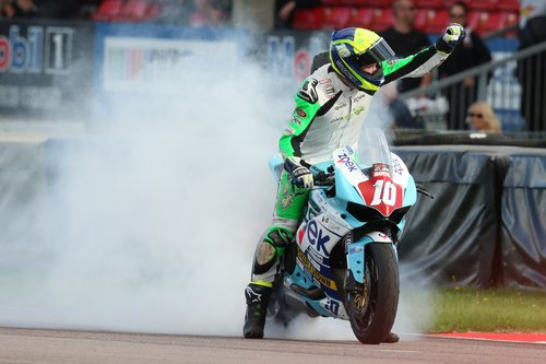 Thruxton Thriller As Sean Neary Wins His First Race Of The